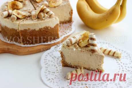 Банановый чизкейк Ингредиенты Для основы чизкейка: печенье рассыпчатое («Юбилейное») – 200 г сливочное масло – 80 г Для начинки: творог – 450 г 20% сметана – 150 г куриные яйца – 3 шт. ванилин – на кончике ножа сахар – 150 г бананы – 3 шт. (250 г в очищенном виде) кукурузный крахмал – 2 ст. л
