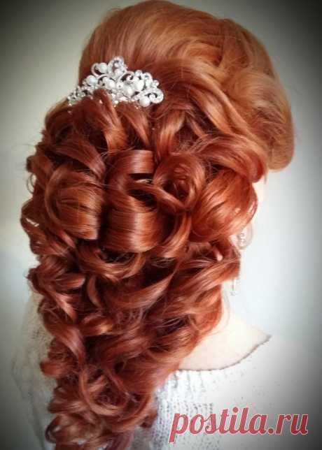 «Полу распущенная свадебная прическа греческая коса создает эффект объема и иллюзию густоты волос, а так же привлекает внимание своим изящным рисунком уложенных локонов.» — карточка пользователя Людмила М. в Яндекс.Коллекциях