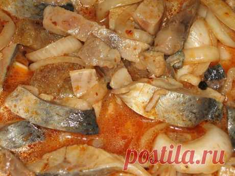 Сельдь по-корейски Ингредиенты: Килограмм свежей или замороженной сельди Пять луковиц (можно взять больше) 80 мл. уксуса (я делала 9%...но в следующий раз сделаю 6 %) Полстакана растительного масла Чайная ложка душистого перца-горошка Две чайных ложки красного молотого перца Столовая ложка томатной пасты Столовая ложка соли (без горки) Приготовление: Растительное масло и томатную пасту смешать, поставите на огонь и довести до кипения. Влить уксус, накрыть крышкой и снять с огня. Пусть марин