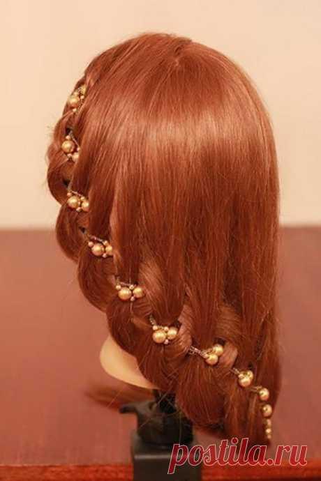 Плетение и прическа с бусами. Для придания текстуры и объема тонким волосам, обработайте их мелким гофре. В случае если челка длиной примерно ниже носа, отделите ее от остальных волос, а если челки нет совсем, тогда лучше делать п...