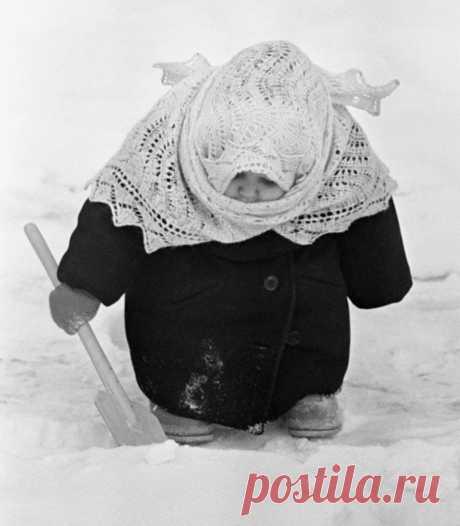 Как фотография советской девочки, укутанной в платок, вдохновила на создание статуэток и елочных игрушек - РЖАКА - медиаплатформа МирТесен