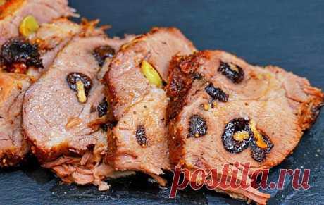 Пряная свинина с черносливом в духовке. Невероятно вкусное и сочное мясо, которое станет украшением любого праздничного стола. Все ингредиенты отлично сочетаются между собой, превращая свинину в оригинальное блюдо.