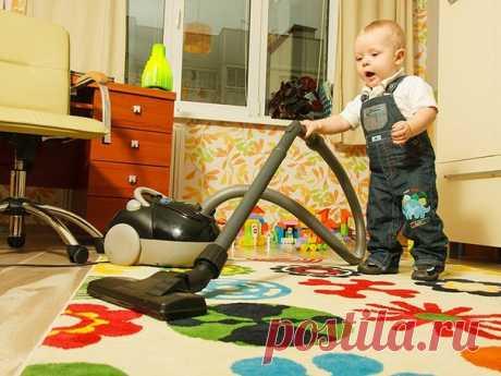 КАК ВОСПИТАТЬ В РЕБЕНКЕ ПОМОЩНИКА? Мы привыкли к тому, что дети устраивают дома хаос, раскидывают игрушки и не дают нам спокойно заняться домашними делами. В том, что малыш устраивает беспорядок, виноваты сами родители. Стоит всего лишь сменить тактику поведения, и вы не узнаете своего ребенка. 10 простых, но очень эффективных советов для умных мам. 1. Делать вместе Распространенная мамина фраза: «Иди, поиграй, я занята» серьезная ошибка на пути воспитания настоящих помощников. Занимайтесь…