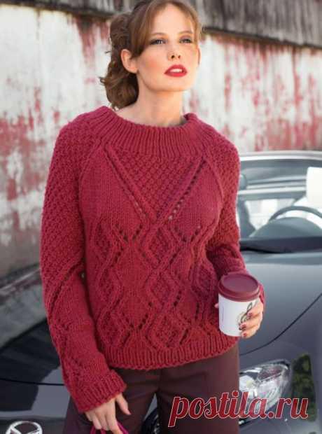 Красный свитер спицами реглан с ромбами