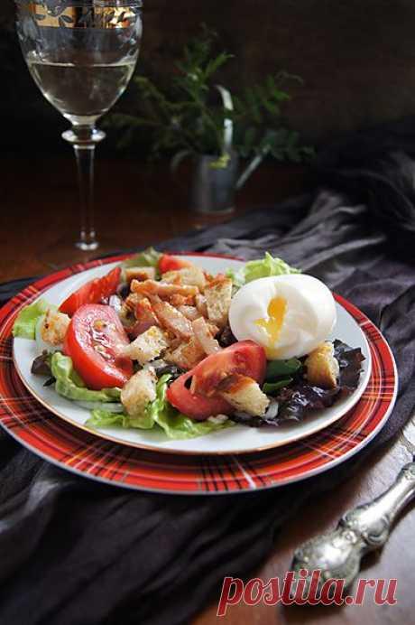 ¡La ensalada Vogezsky! (La receta de la región Vosgos que en el nordeste de Francia. El borde de las montañas pobladas de bosques, los lagos encantadores y los castillos antiguos).