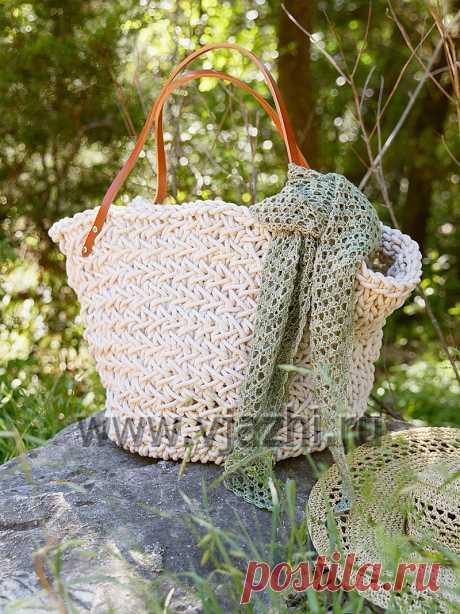 Пляжная сумка Hollis из толстой пряжи Пляжная сумка Hollis, вязанная спицами и крючком из толстой пряжи, с подробным описанием вязания. Такая сумка очень удобна для пляжного отдыха, куда войдет и полотенце, и купальник, и ленч для пикника. Описание вязания объемной пляжной сумки из толстой пряжи.