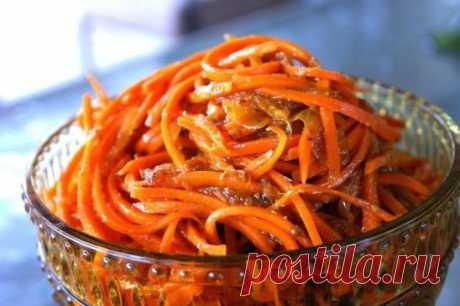 Самая вкусная морковь по-корейски. На 1 кг. моркови: 3 ст.л.сахара, 1 ч.л. соли, 1 ст.л. кориандра молотого, 2 ст.л. уксуса, 0,5 ч.л. черного молотого перца, щепотка красного молотого перца, 5 зубков чеснока, 100-150 грамм растительного масла. Морковь натираем на специальной терке, посыпаем сверху всеми специями, переминаем слегка её руками, выкладываем в миску, добавляем уксус, чеснок, пропущенный через чеснокодавку, и растительное масло (масло необходимо закипятить). Приятного аппетита!