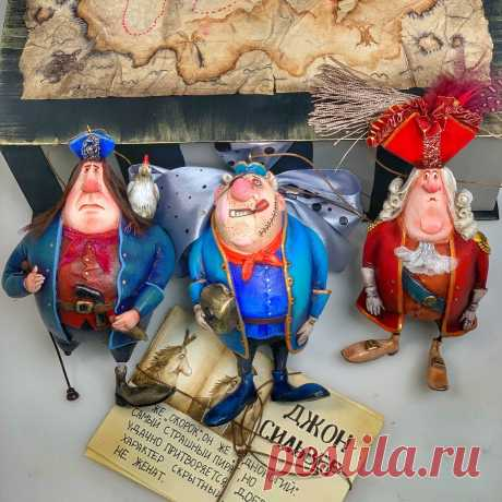 Набор ёлочных игрушек Остров сокровищ « пираты» – купить на Ярмарке Мастеров – N8AP2RU | Интерьерная кукла, Казань Набор ёлочных игрушек Остров сокровищ « пираты» в интернет-магазине на Ярмарке Мастеров. Набор ёлочных игрушек «пираты» из легендарного советского мультфильма «остров сокровищ «. Набор состоит из музыкальной коробки расписанной вручную ( трек «делай деньги , Бобби!») , 3 открытки ручной работы , 3 ёлочные игрушки , Скайр Трелони, Билли  Бонс , Джон Сильвер .