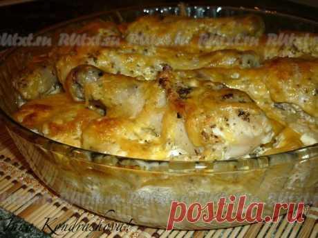 Картошка с куриными ножками в духовке  Этот отличный рецепт особенно понравится любителям вкусной картошки с мясом. Картошечка получается очень аппетитной, румяной, а куриные ножки - сочными и мягкими. Прекрасное блюдо для семейного обеда или ужина. Просто и очень вкусно!  Для приготовления картошки с куриными ножками в духовке понадобится:  6 куриных ножек;  1 кг картофеля;  250 г сметаны;  соль, сухие травы, перец - по вкусу;  2 зубчика чеснока;  300 г сыра.   Куриные но...