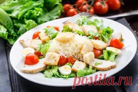 Классический салат «Цезарь» на скорую руку | Foodbook.su Пожалуй салат Цезарь знает каждый, мы часто готовим его дома, видим в меню ресторана. А почему бы не поделиться рецептом салата с Вами) Заходите, Вам понравится.