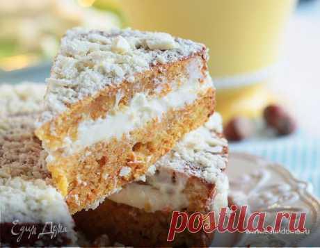 La torta de zanahoria con las avellanas. Los ingredientes: el azúcar molida, el tormento de trigo, la zanahoria En vez del azúcar de vainilla es posible añadir algunas gotas del extracto de vainilla.
