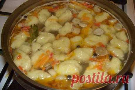 Дешевый рецепт супа из недорогих продуктов  Суп куриный с клецками  Потребуется: 1 куриный окорочок, 2-3 картофелины, 1 морковь, 1 репчатая луковица, 1 помидор, масло для жаренья, соль по вкусу.  Для клецек: 1 стакан молока, 1 яйцо, мука.  Морковь и лук нашинковать соломкой, помидор измельчить и спассеровать вместе до готовности.  Окорочок залить 2,5-3 л воды и поставить варить. За 15 минут до готовности положить в суп картофель, нарезанный брусочками, посолить по вкусу.  ...