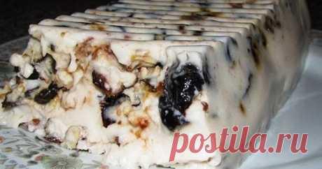 Чернослив, сметана и грецкий орех – идеальный десерт Этот вкусный рецепт известен далеко не всем. Я вот только недавно нашла его и нарадоваться не могу – мои обожают просто, да и гости в восторге. Обязательно попробуйте приготовить – получается невероятно вкусно и оригинально! Чернослив для десерта лучше покупать не самый красивый, а жестковатый, с косточкой, с матовым оттенком (он более натуральный). Правда, если