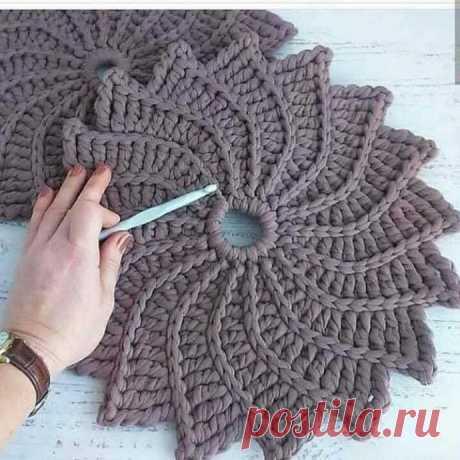 Оригинальный коврик-сидушка крючком. Схема. / knittingideas.ru