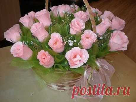 Розы из конфет и гофрированной бумаги своими руками. Отличная идея для подарка.