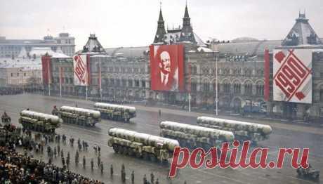 📸 8 редких исторических фото парадов на День Октябрьской революции 7 ноября с 1918 по 1990 год.