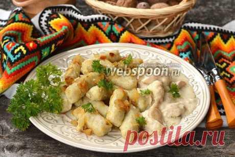 Палюшки  Готовим палюшки  Палюшки — блюдо, очень широко распространённое в западной Украине. Готовятся палюшки из картофеля. Придают им форму пальчиков и отваривают до готовности в подсоленном кипятке. Обычно поливают палюшки большим количеством поджаренного лука или шкварками.   Подают палюшки как самостоятельное блюдо со сметаной, грибным соусом, или как гарнир к мясу, птице.