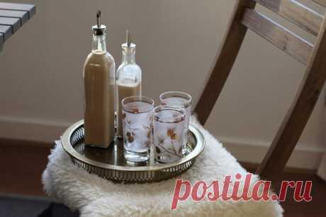 Как сделать ликер Бейлиз в домашних условиях Готовим ликер Бейлиз в домашних условиях: два абсолютно разных рецепта вкусного ирландского ликера на основе спирта, специй, сливок и сгущенки.