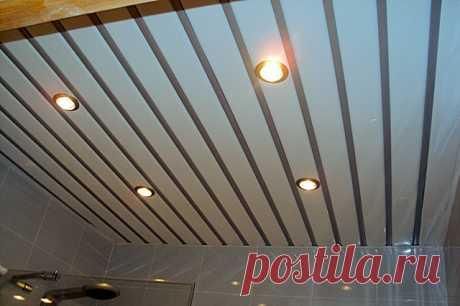 Как установить последнюю рейку реечного потолка Реечный потолок – хорошее решение, которое подходит как для частного жилья, так и для общественных мест. Потолок такого типа отличается оптимальным соотношением цена/качество и неплохими эксплуатационными характеристиками.