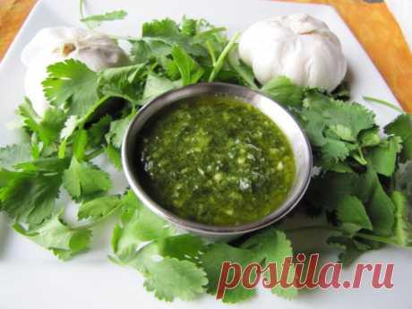 Соус Чимичурри. Аргентинский соус чимичурри - смесь свежей зелени с чесноком и лимонным соком, который принято подавать с говядиной.