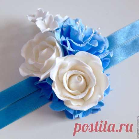 7ddabb399b8e045ad1cea6353flr--svadebnyj-salon-butonerka-na-ruku-belye-rozy-s-goluboj-gorten.jpg (1500×1500)