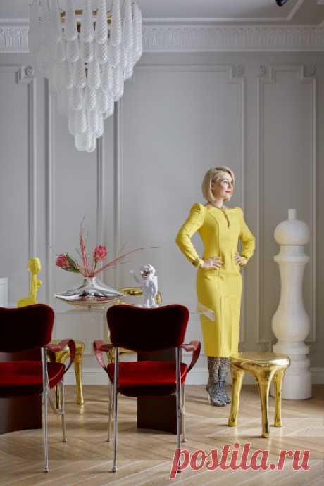 Дизайнер Ольга Солнышкова создала интерьер под стать смелой хозяйке — с классической основной, броскими деталями и люстрой-тортом, которую привезли из Парижа.