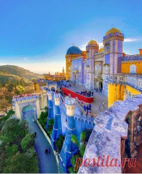 ღ Синтра Дворец Пена в Португалии. Pena Palace - это сказочная архитектура с яркими стенами и уникальным дизайном, один из самых великолепных дворцов в мире.