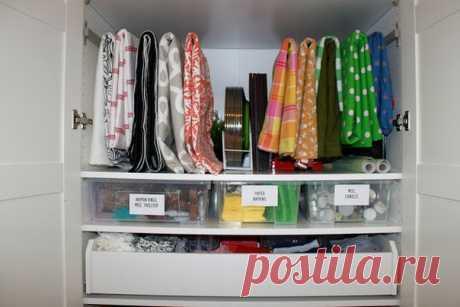 Где хранить стопки полотенец, кухонный текстиль, постельное белье, чтобы при необходимости можно было легко найти нужную вещь? Мы расскажем о нескольких приемах организации хранения