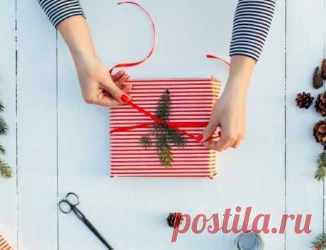 El papel de regalo por las manos