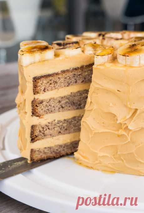 La torta de plátano con el glaseado acaramelado