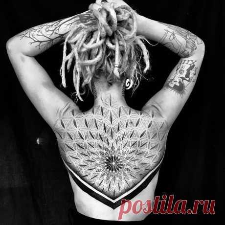 Впечатляющие татуировки на спине