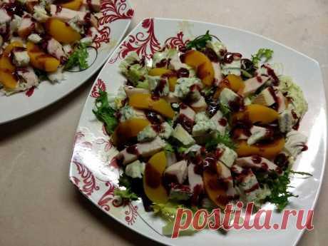 Салат с копченной грудинкой и персиками под смородиновым соусом - рецепт с фото пошагово