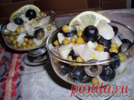 Салат из селедки с горошком и маслинами - 6 пошаговых фото в рецепте Салат из селедки с горошком и маслинами готовится очень просто и быстро, из небольшого набора продуктов. Такой салатик с удовольствием будет съеден и в будни, и за праздничным столом. Заправка с лимонным соком и горчицей придает блюду пикантность, но по желанию салат можно заправить и майонезом. ...