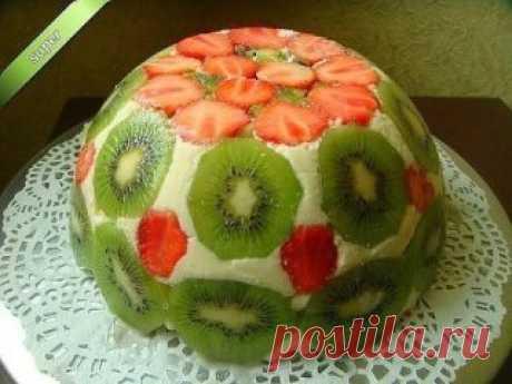 """"""" ФРУКТОВЫЙ ТОРТ """" - он без выпечки. Этот торт универсален тем, что  можно менять фрукты и ягоды на ваш вкус.  Особенно в сезон их так много.  Попробуйте и ваши гости будут в восторге.  Ингредиенты:  1. Сметана - 500 гр. ( Вместо сметаны можно использовать - Сливки 35%.)  2. Фруктов и ягод - 300 гр.  3. Готовый бисквит - 200 гр. ( С бисквитом торт нежнее, но можно и любое печенье). 4. Сахар - 200 гр. 5. Желатин - 30 гр.  ПРИГОТОВЛЕНИЯ :  1.  Желатин всыпать в небольшую емкость и залить 125 мл"""