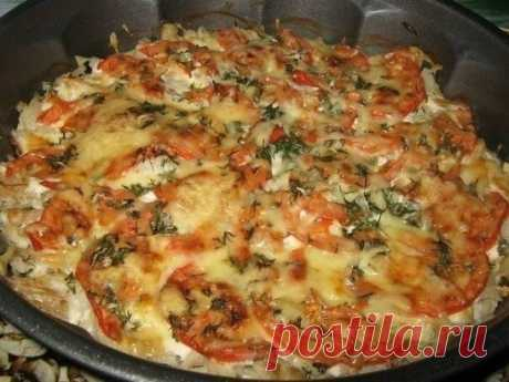 Рыба запечённая с помидорами и сыром Рецепт из разряда:быстро и вкусно! Ингредиенты: филе не жирной рыбы (у меня треска) 600-700 гр. помидор 1 шт. сметана 3-4 ст.л. чеснок 3-4 зубч. зелень свежая по вкусу (я добавила укроп) соль,перец сыр твёрдый 50-70 гр. Приготовление: 1. Рыбу нарезать на не большие кусочки,посолить,поперчить. 2. Выложить рыбу в форму для запекания.Посыпать мелко нарубленным чесноком. 3. Сверху смазать сметаной.