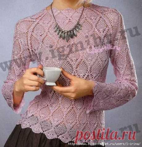 Розовый пуловер с узором «ананасы»
