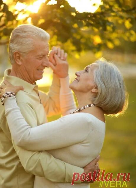 …? Наскучались… наскучались двое так обнялись, даже ветер стих. светофор потух на переходе чтоб никто не видел, тех двоих.  и июнь замедлил свои стрелки на минуту… или на года. — Ты моя единственная женщина. повстречал тебя я навсегда.  наскучались… поцелуем в губы ветер шепчет — Он так ждал тебя. поздняя любовь на переходе… и от счастья… так блестят глаза…?  © Grazia_ 5018