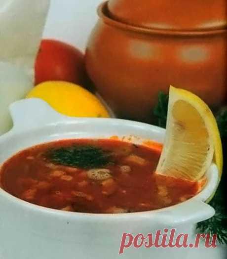 Солянка с копченостями и колбасой  В целом, это обычная солянка, выделяет ее из множества других вариаций этого блюда, ассорти из мясных копченостей, которые обогащают вкус, и аромат этого великолепного супа.