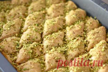 Арабская пахлава (баклава) с фисташками Пахлаву делают разных форм и с разными орехами, самое главное, чтобы сладость хорошо пропиталась лимонным сиропом. Эту пахлаву можно подать на любой стол и в любой праздник.