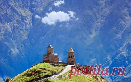 Троицкая церковь в Гергети, Грузия. В горах, на высоте 2170 метров, рядом с деревней Гергети стоит храм построенный в 14 веке. С вершины открывается живописный вид на поселок Степанцминда и на деревню Гергети.