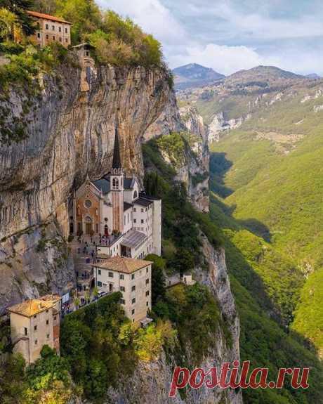 Святилище в Пиацци, Северная Италия.