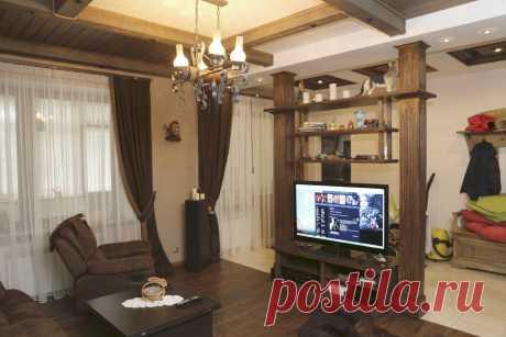 Интерьер частного жилого дома. Зона шале. Гостиная, стойка под ТВ-аудио.
