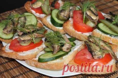 Бутерброды со шпротами, огурцами и помидорами