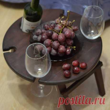 💥🎁Это же идеальный подарок человеку, у которого есть всё 👌 Но даже у него наверняка нет такого столика 😉 А ещё ему (или ей) точно понравится такой сюрприз, ведь столик можно использовать как на улице, взять с собой на пикник или на море, так и дома - на диване/кровати столик достаточно устойчив - больше не будет вечно проливающихся бокалов 🥳 😎💪Подойдёт не только любителям вина - ведь никто не запрещает налить в бокал воду или сок?) И вкусно и красиво провести вечер ☺ #подносдлязавтрака