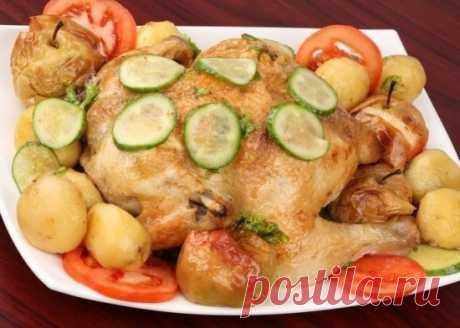 ЦЕЛАЯ КУРИЦА В МУЛЬТИВАРКЕ!  Курица в мультиварке, приготовленная целиком, – хорошее блюдо как для приема гостей, так и для домашнего ужина выходного дня. Готовится она быстро, пахнет – восхитительно, особенно, если положить в кастрюлю много специй. Это так удобно – поджаристая и нежная целая курица в мультиварке.  ИНГРЕДИЕНТЫ:  1 целая курица – примерно 1,5 кг (размер зависит от размера мультикастрюли); 6-8 небольших картофелин; 3-4 небольших кислых яблока; 1 пачка (200 г...