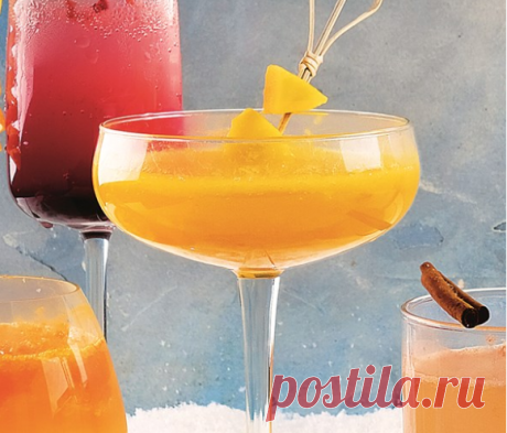 Коблер из шампанского с манго Манго 1 шт. Манговый нектар 200 мл Апельсиновый сок 200 мл Вишневый ликер 100 мл Шампанское сухое 1 бутылка
