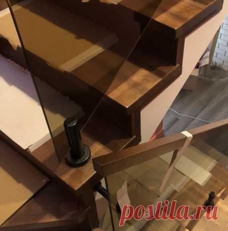 Ограждения из бронзового стекла на стойках