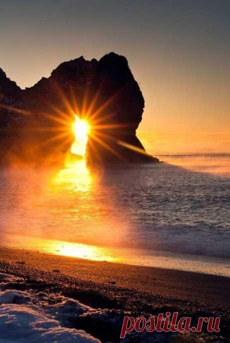 Кто-то скажет: счастье-это роскошь, Счастье- зыбко, счастье- скоротечно. Ведь не все дается, что попросишь, И не все легко и безупречно. Нет, скажу я, счастье- это сила, Это свет внутри, а не снаружи, И легко, и просто быть счастливым, И для счастья многого не нужно.