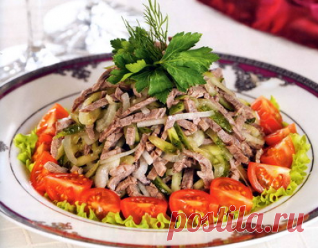 """Салат """"Шемахинский""""  Надо:300 г отварной говядины,1 средняя луковица,0,25 стакана 9%-ного уксуса,100 г маринованных огурцов,6-8 помидоров черри,листья салата,4-5 веточек петрушки,соль, молотый черный перец,1-2 ст. л. рас…"""