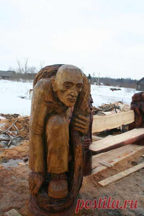 """Деревянная скульптура """"Сувозь игольное ушко"""" Выполнена из осины. Высота 1.4 м"""